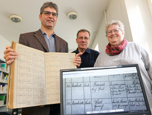 Die Einträge in Kirchenbüchern aus 145 Pfarreien im Bistum Osnabrück können jetzt im Internet eingesehen werden. Georg Wilhelm, Joachim Herrmann und Maria Rehnen (von links) von Osnabrücker Bistumsarchiv haben sich um die digitale Aufbereitung der Seiten gekümmert.